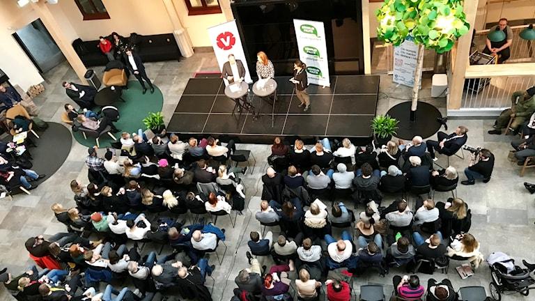 Partiledare för C och Voch publiken, bilden är tagen uppifrån.