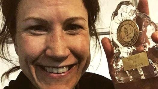 Johanna Bergman håller i glaspokalen efter sitt svenska rekord. Foto: Privat