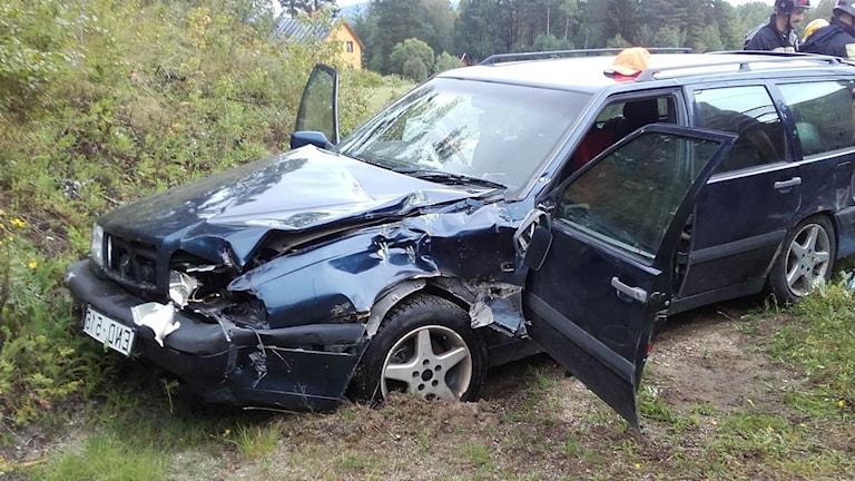 Personbil påkörd av timmertåg. Foto: Räddningstjänsten