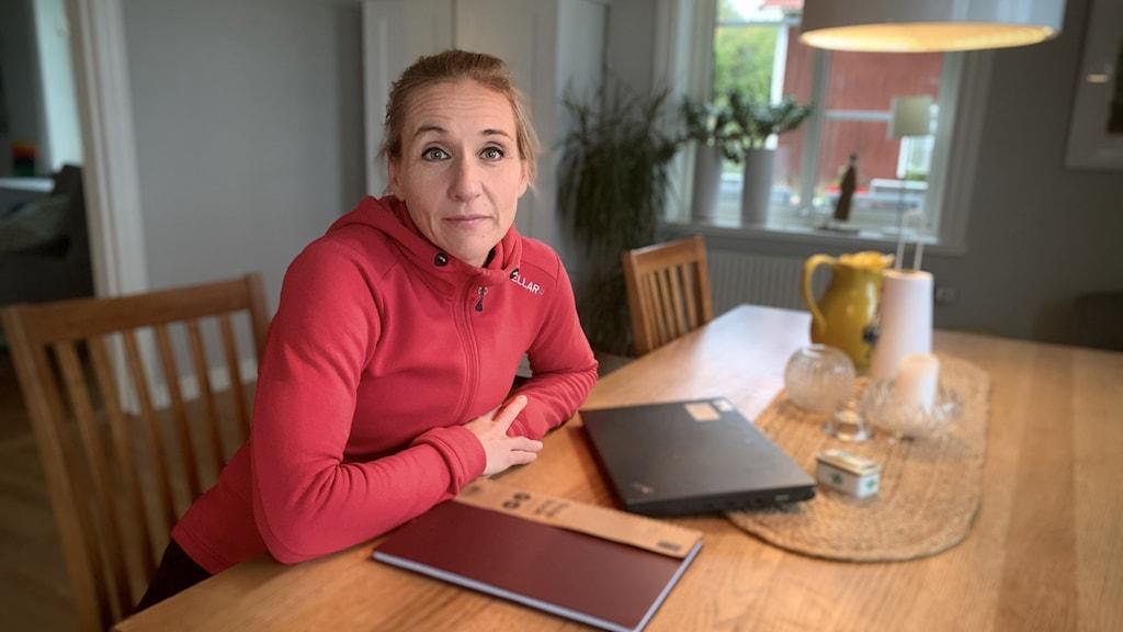 Anna Sjöblom, lärare på Hållängetskolan, sitter vid ett matbord.