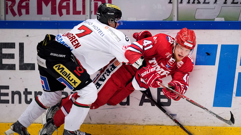 Modos Jesper Lindgren och Timrås Ludvig Nilsson under matchen i hockeyallsvenskan mellan Timrå och Modo