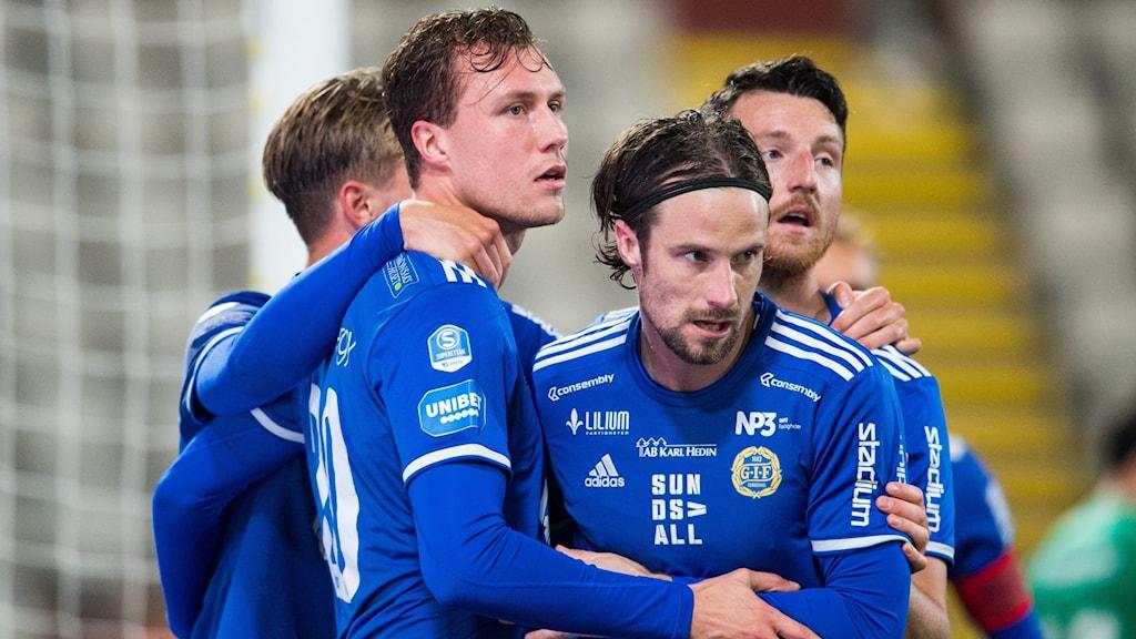 Sundsvalls Niklas Dahlström jublar med lagkamrater efter 1-1.