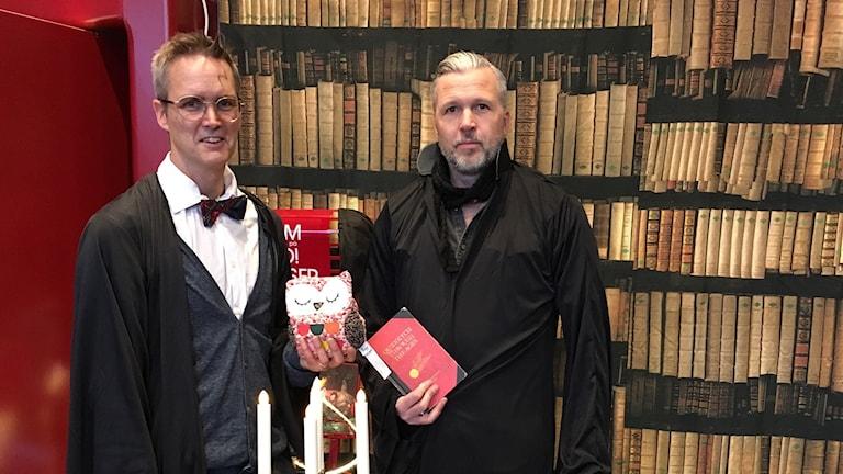 Tomas Rex (utklädd till Harry Potter) och Andreas Ignell (utklädd till Draco Malfoy) från Sundsvall stadsbibliotek lånade ut Potter-böcker. Foto: Anton Kårén/Sveriges Radio
