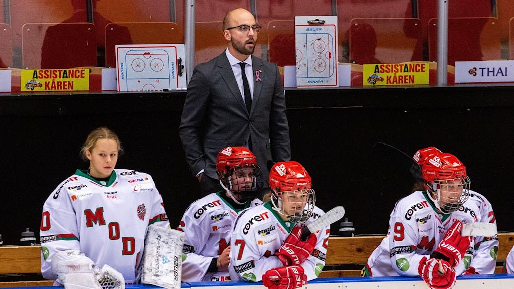 Modo hockey avbytarbås med huvudtränare Björn Edlund.