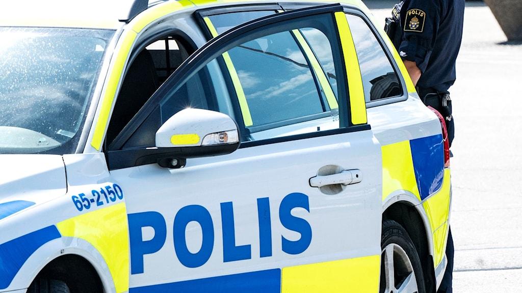 En död man har hittats i vattnet i Veckefjärden söder om Örnsköldsvik.