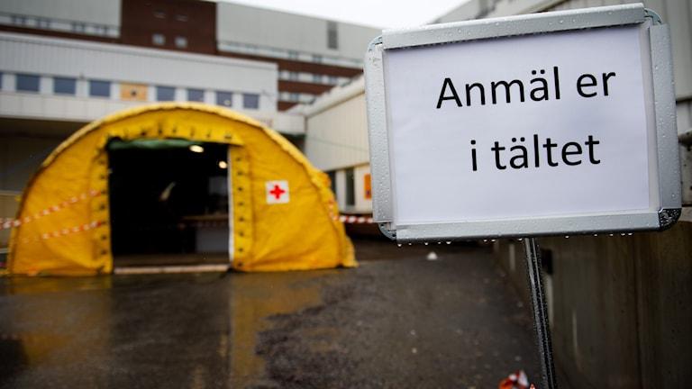 Akuten på Sundsvalls sjukhus har ett tält innan entrén på grund av coronaviruset, COVID-19. Foto: Nils Jakobsson/Bildbyrån