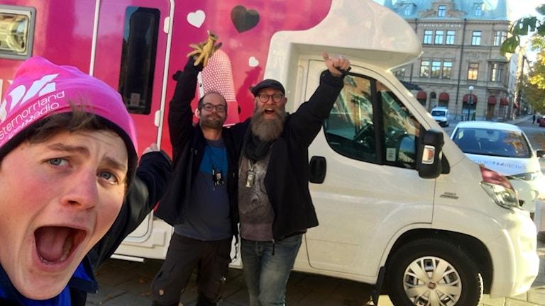 Reporter Anton Kårén, tekniker Peter Wallgren och programledare Fredrik Birging jublar över alla generösa människor i Västernorrland när insamlingsturnén till förmån för Världens barn avslutades i Sundsvall på fredagskvällen. Foto: Anton Kårén/Sveriges Radio