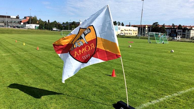 Romas fotbollslags flagga vajar i vinden på Kubikenborgs fotbollsplan i Skönsmon i Sundsvall.