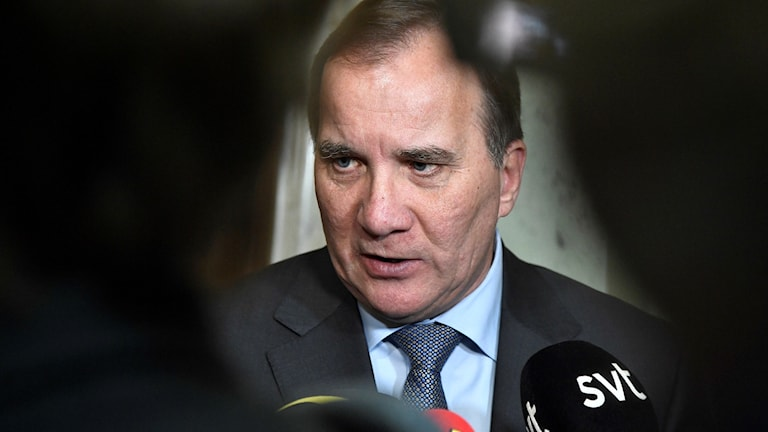 Statsminister Stefan Löfven (S) intervjuas av reportrar.