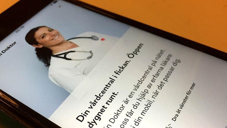 App i mobilen där man kan boka och få konsultation av läkare. Foto: Sveriges Radio