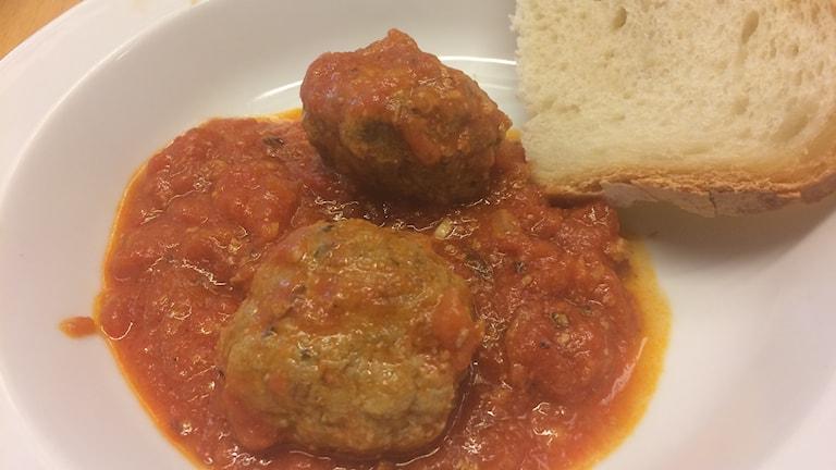 Italienska polpette (köttbullar) med bröd.