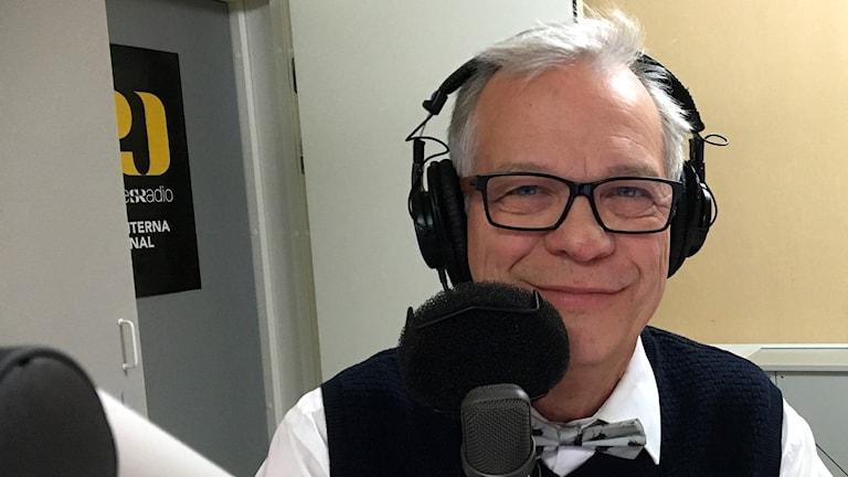 Programledare Christer Jonasson bakom mikrofonen i studio 2. Foto: Ann-Charlotte Carlsson/Sveriges Radio