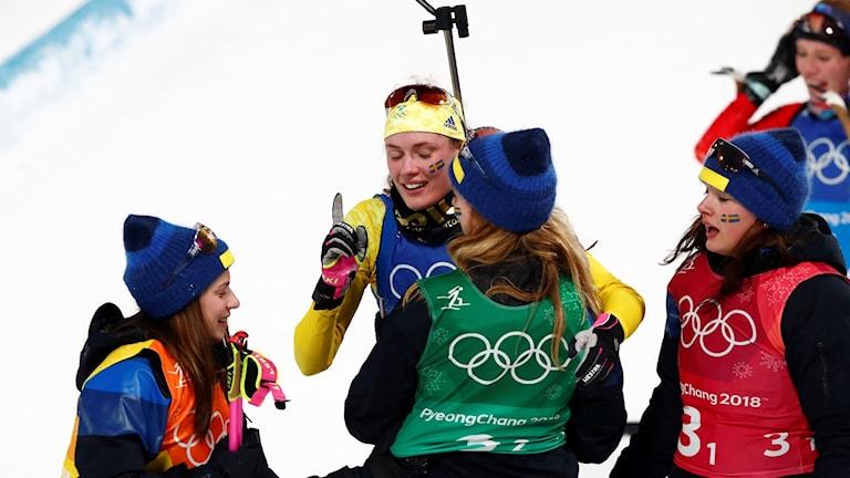 Hanna Öberg efter målgång i damernas stafett, 4x6 km i skidskytte tillsammans med resten av det svenska laget