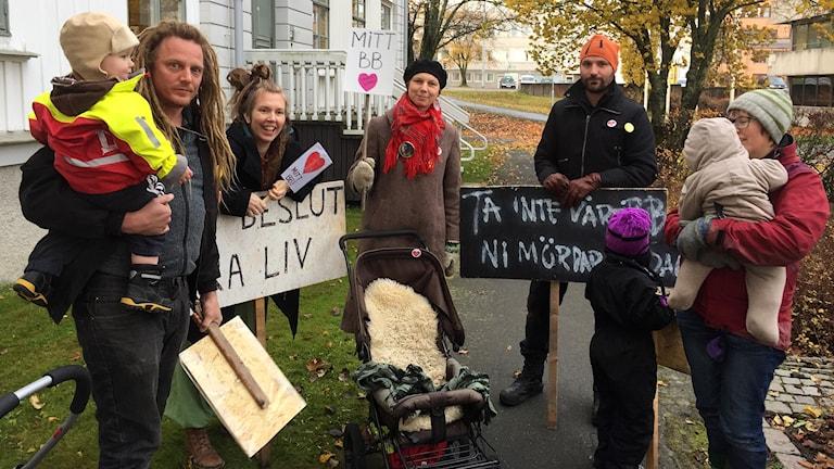 Småbarnsföräldrar protesterar utanför fullmäktigemötet. Foto: Pether Öhlén/Sveriges Radio