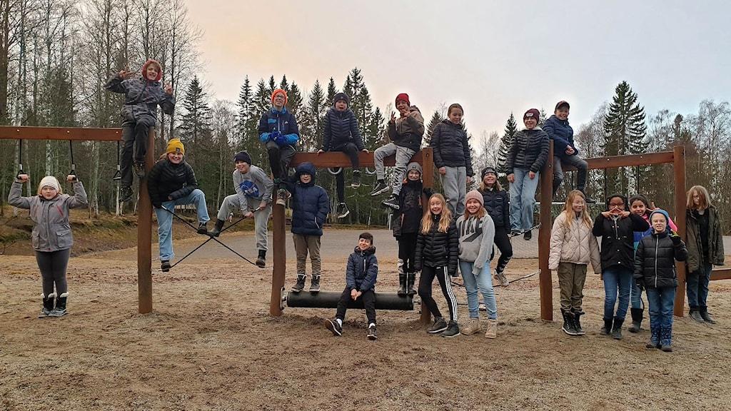 Eleverna i 5A på Gerestaskolan i Härnösand klättrar, hänger o står vid lekredskap på skolgården. Foto: Kristina Russell