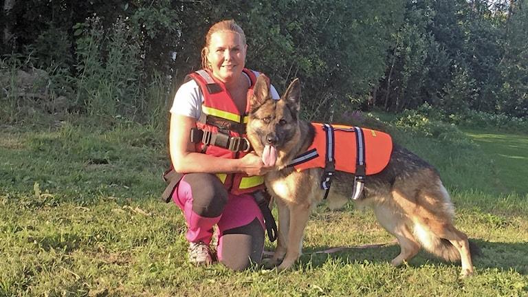 Bilden på hund som ska utbilda sig vid Sjöräddningssällskapet tillsammans med Linda Jansson. Foto: Privat.