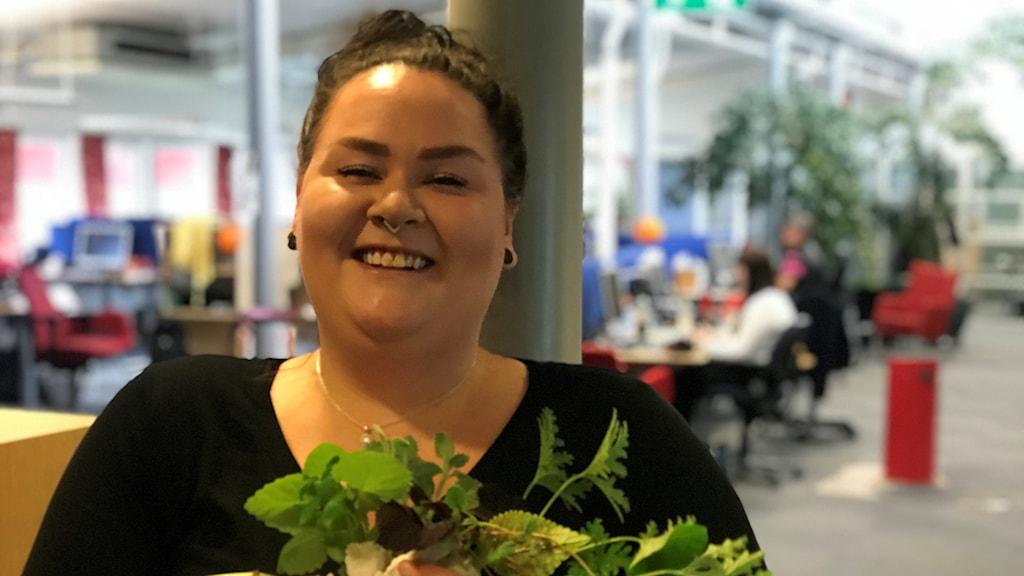 Växtgärin Lina Engblom visar upp sina sticklingar.
