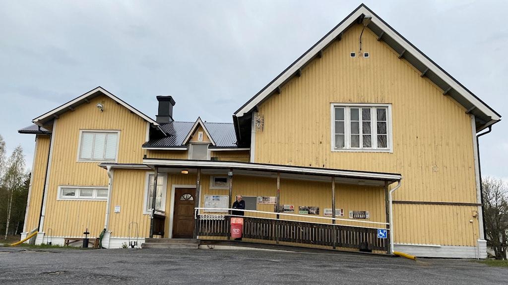 Folkets hus i Frånö, Håkan Sjöberg står vid ingången.