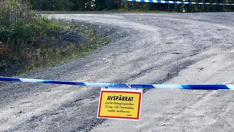 """Polisens blåvita avspärrningsband med skylten """"avspärrat enligt rättegångsbalken 27 kap."""" Foto: Oscar Costa"""