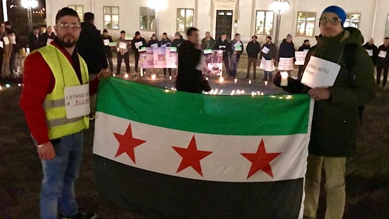 Syrier och Härnösandsbor manifisterar på Härnösands torg för att visa sitt stöd