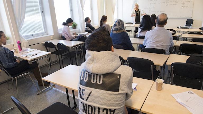 Elever under en SFI-undervisning.