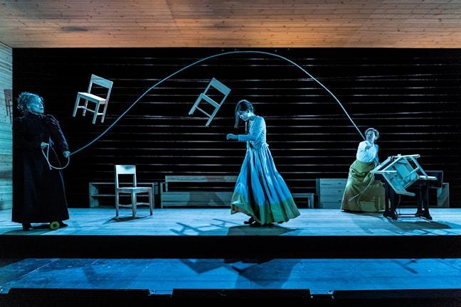 """Mia Benson, Karin Franz Körlof och Thérèse Brunnander i en scen ur Alfhild Agrells pjäs """"Ensam""""."""