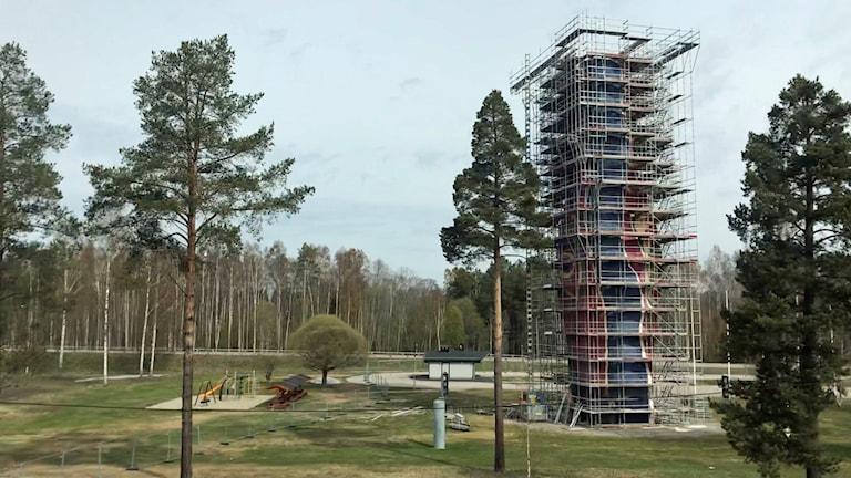 Byggställningar runt det 30 meter höga Y:et.