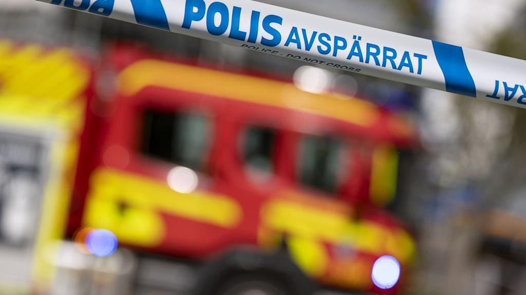 Räddningstjänst och polis på plats vid en brand.