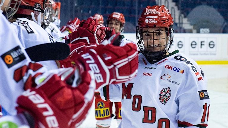 Modos Brooke Boquist jublar efter 3-2 under ishockeymatchen i SDHL mellan Djurgården och Modo den 28 september. Foto: Dennis Ylikangas/Bildbyrån