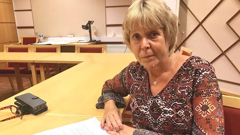 Birgitta Häggkvist neutral, kvinna med papper på bordet, vice ordförande kommunstyrelsen, Västra Initiativet, Sollefteå kommun