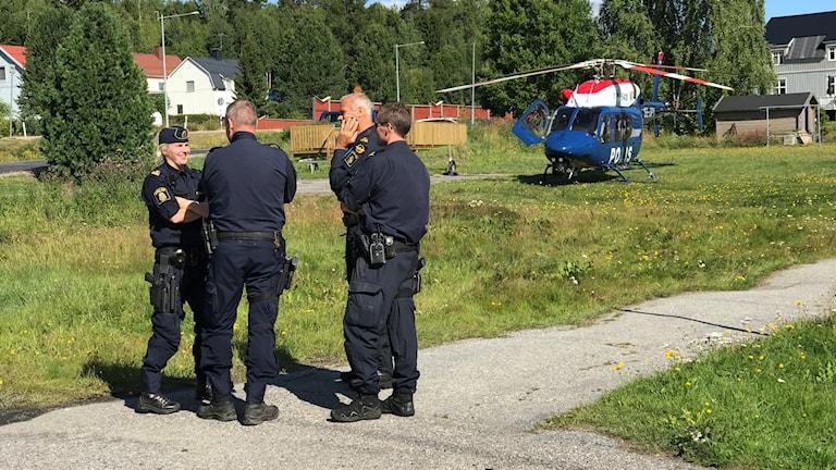 Polis i Ramvik framför nyss anlända polishelikoptern. Foto: Fredrik Birging/Sveriges Radio