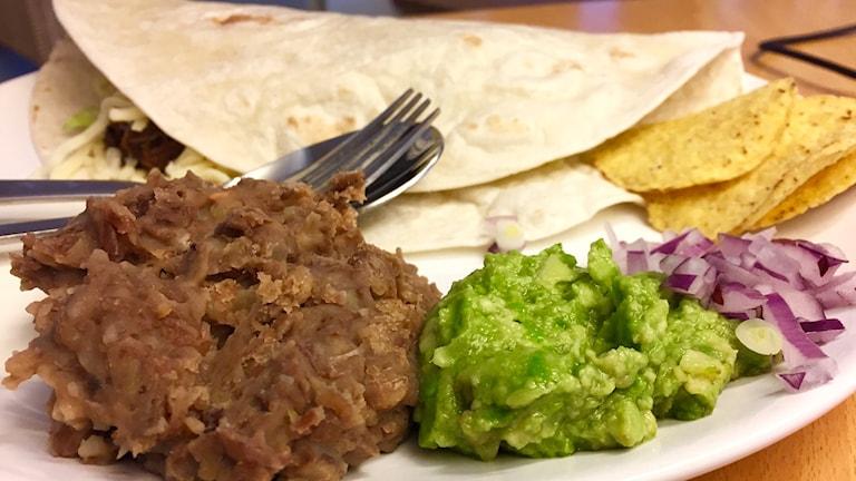 """""""Riktig"""" Chili con carne på Högrev och utan bönor, serverad med lök och guacamole"""