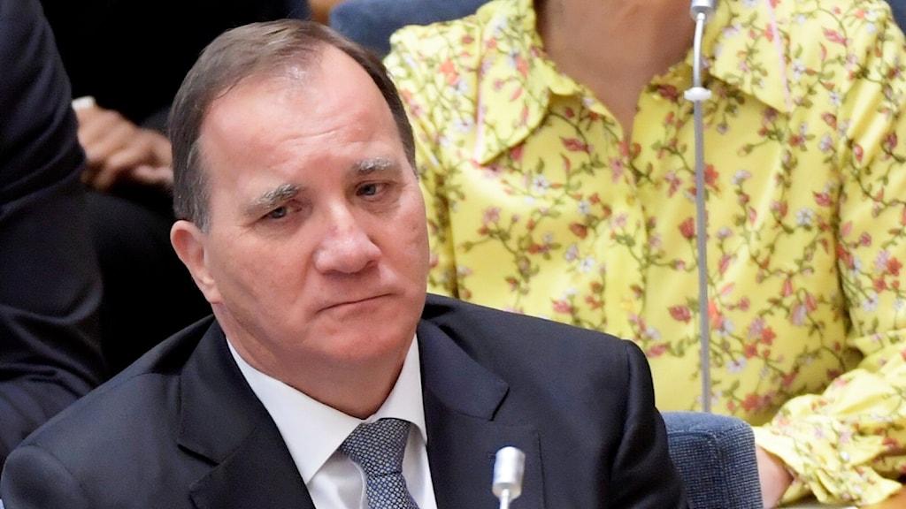 Stefan Löfven ser dyster ut under omröstningen i riksdagen om han har förtroendet att sitta kvar som statsminister. Foto: Anders Wiklund/TT