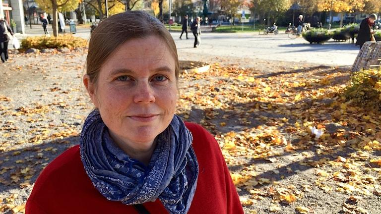 Närbild på tonsättaren Britta Byström utomhus i höstmiljö. Foto: Karin Lönnå/Sveriges Radio