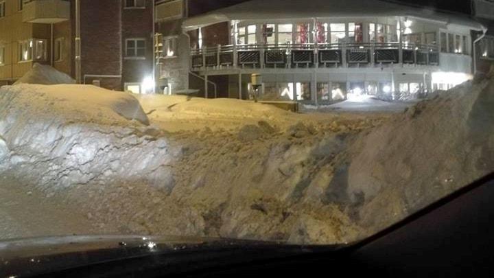 En hög plogvall vid infarten till servicehus på Alnö.