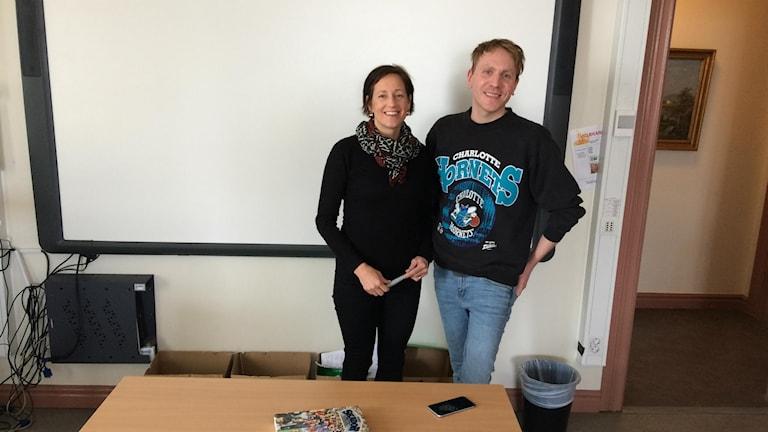 Örnsköldsvik folkhögskolas lärare Anna Nilsson och Per Bergman står framför en whiteboard i ett klassrum.