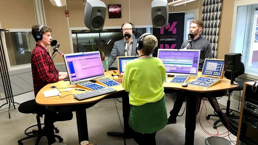 Radiostudio med två reportrar och två gäster
