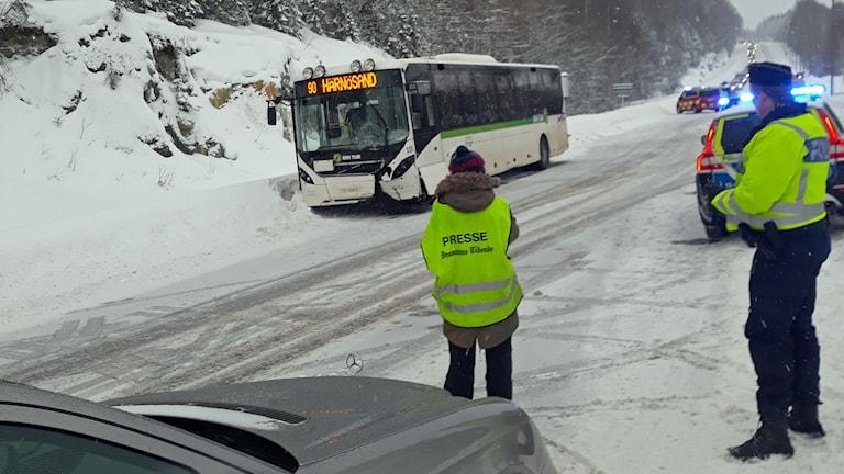 En buss med ena hörnet på framsidan krockat.