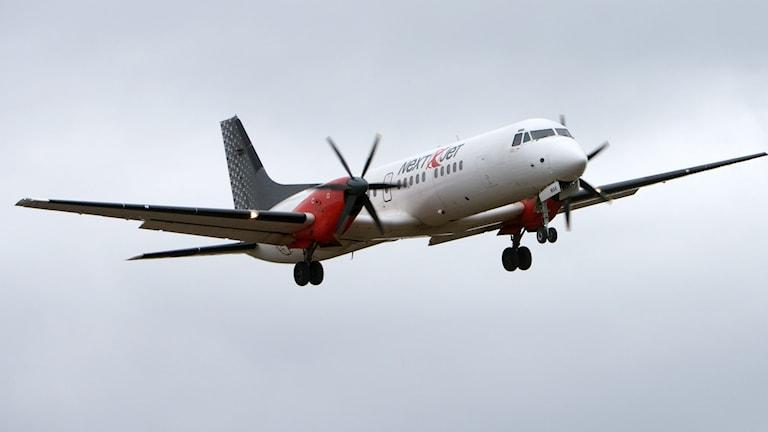 Ett British Aerospace ATP  flygplan tillhörande Next Jet på väg in för landning på Arlanda flygplats.
