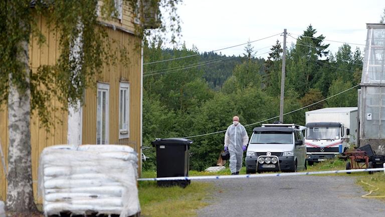 polisens tekniker på plats vid bostaden där ett par rånats under natten. Foto: Gobiten.se