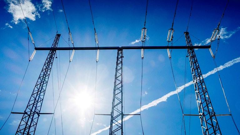 Kraftledning och en blå himmel.