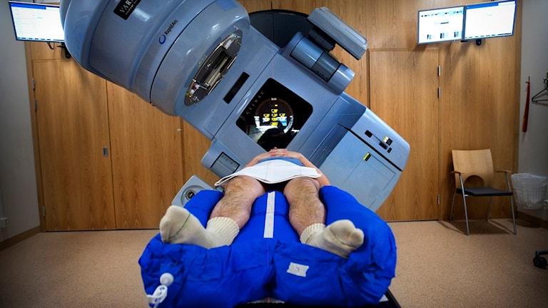 En man får behandling mot cancer i en strålningskanon. Foto: Dan Hansson/SvD/TT