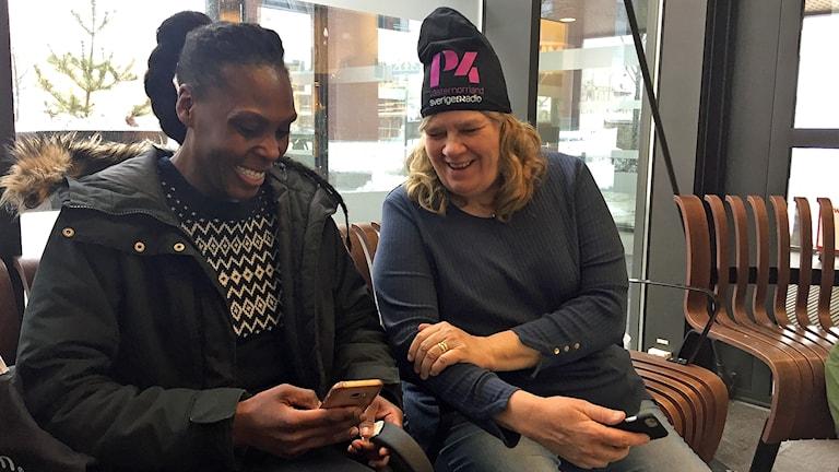 Turnéledaren Mari Winarve pratar med en kvinna på Resecentrum Örnsköldsvik