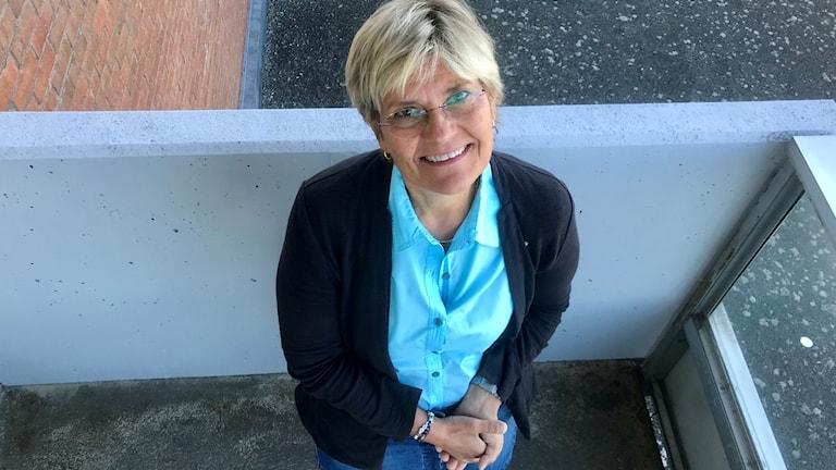 Kvinna i blått som står på balkong, det är sjukhusdirektören Nina Fållbäck Svensson som nu ska sluta