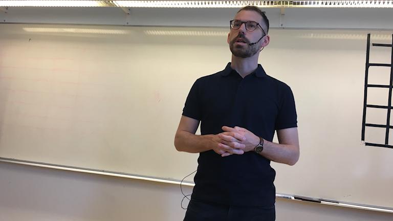 Daniel Poohl står och föreläsningen.