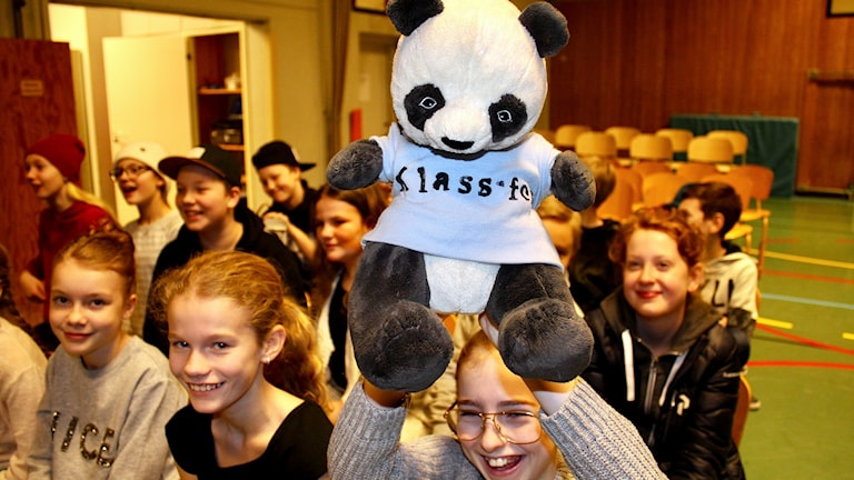 Klass 5 från Ankarsviks skola har maskoten med. Foto: Lotte Nord/Sveriges Radio