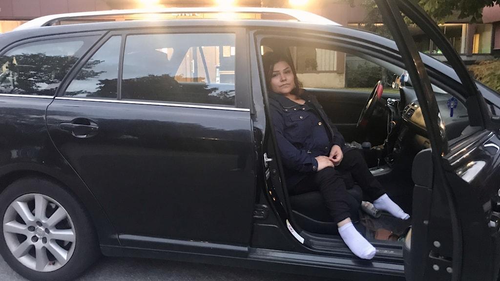 Bayan Hassan sitter i en bil utanför Sundsvalls kommunhus.