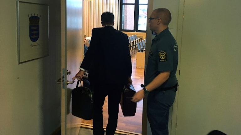 rättegång, advokat Magnus Näsholm på väg in i rättegångssalen, Ångermanlands tingsrätt.