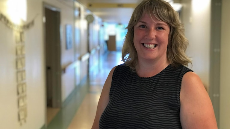 Emma Lassen Molander står i en sjukhuskorridor