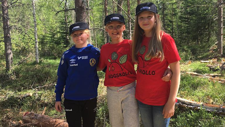 Deltagarna Alicia Vestlund, Li Sundberg och Emma Blomkvist i skogen.